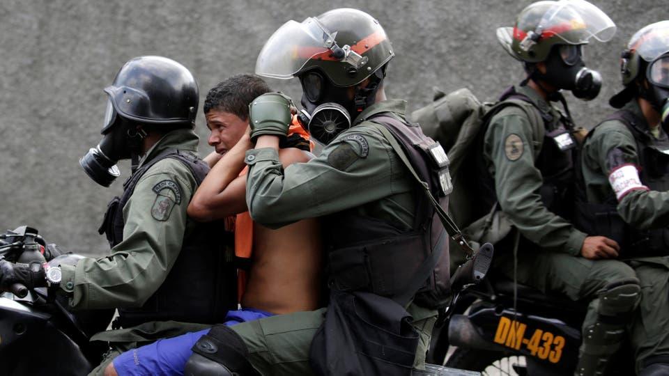 La policía se lleva detenido a un joven manifestante. Foto: Reuters / Marco Bello