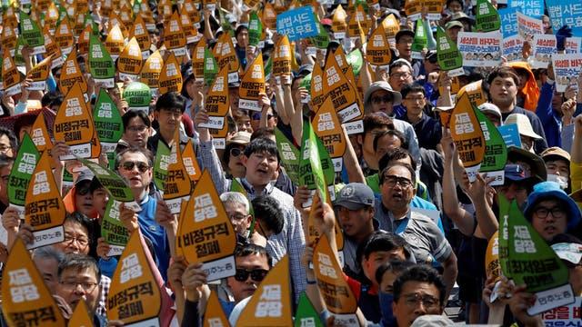 Corea del Sur: obreros de la Confederación de Sindicatos de Corea (KCTU) cantan eslóganes en uno de los puntos de encuentro habituales en Seúl