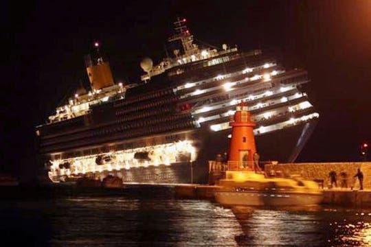 El barco está inclinado unos 80 grados y podría hundirse por completo. Foto: Reuters