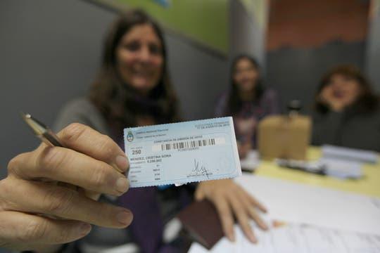 Una fiscal muestra el troquel que entrega luego de emitir el voto. Foto: LA NACION / Ezequiel Muñoz