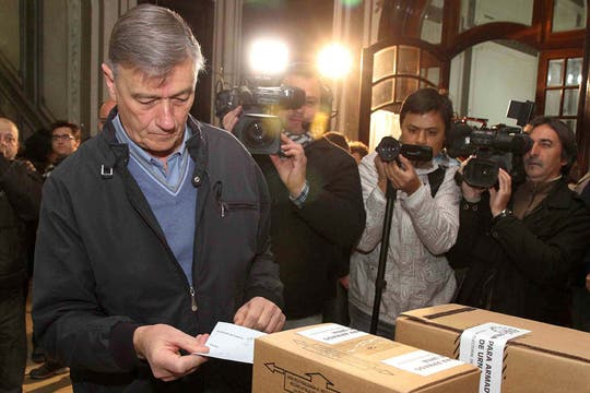 Hermes Binner, emitió su voto en la escuela 432 de Enseñanza Media Bernardino Rivadavia. Foto: Télam