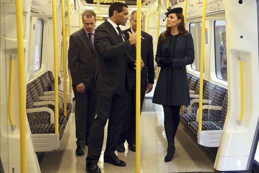 Mhhh, no.... Catherine, la duquesa de Cambridge, fue invitada al 150 aniversario del subterráneo de Londres. Foto: Reuters