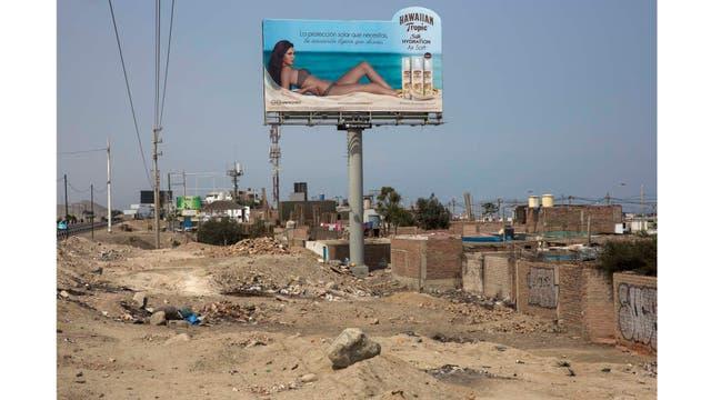 La publicidad sobre un conjunto de casas humildes en un barrio al sur de Lima