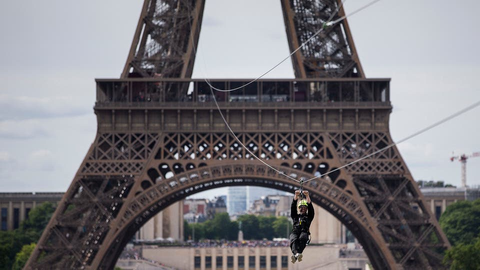 Una tirolesa a 110 metros de altura fue colocada en la Torre Eiffel,en su segundo piso, tiene un recorrido de 800 metros y forma parte de un evento gratuito que durará haste el 11 de junio. Foto: AP / Kamil Zihnioglu