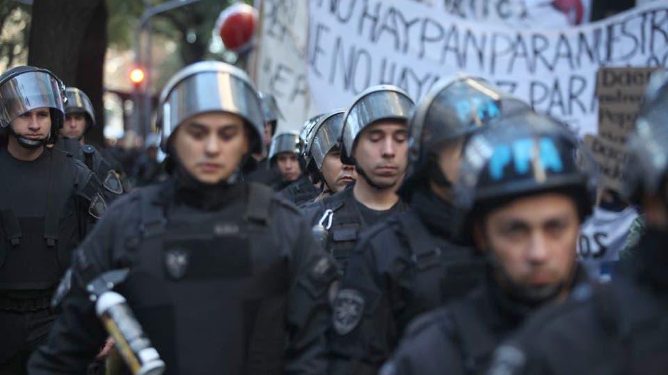 Un fuerte operativo de seguridad acompañó a los trabajadores durante la marcha. Foto: LA NACION / Ricardo Pristupluk