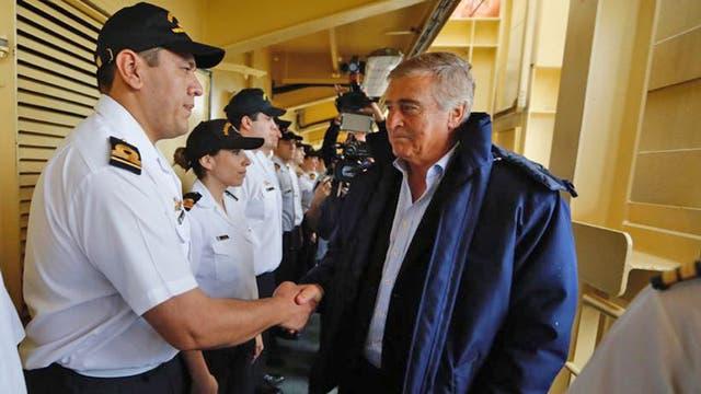 Oscar Aguad, ministro de Defensa, es recibido por las autoridades del barco
