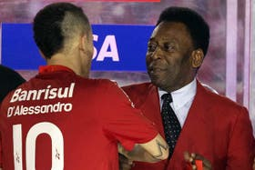 El Cabezón recibió el trofeo por parte de Pelé