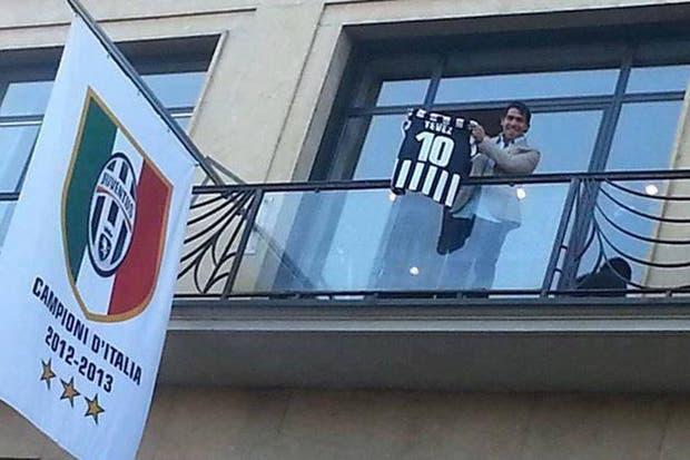 Carlos Tevez llegó a Turín para transformarse en nuevo jugador de Juventus.  /Twitter