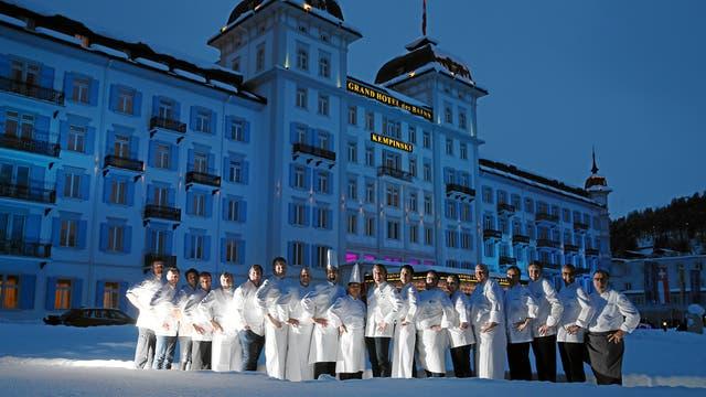 Los cocineros de la edición anterior frente a uno de los hoteles que hospedan el festival