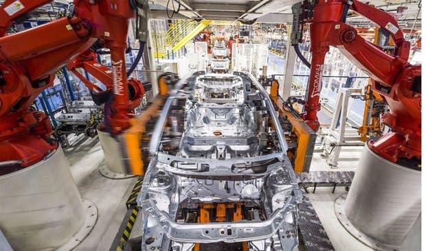 Línea de montaje en la planta de FCA de Pernambuco, Brasil, considerada entre las más avanzadas