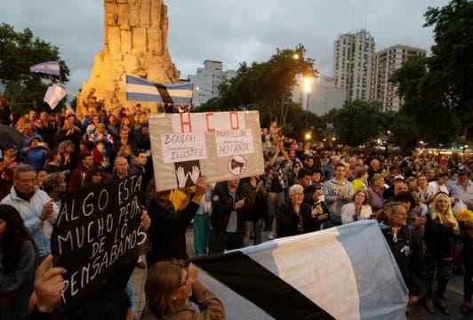 En Mar del Plata la gente se reunio en el centro de la ciudad pidiendo el esclarecimiento de la muerte de Nisman. Foto: LA NACION / Mauro V. Rizzi
