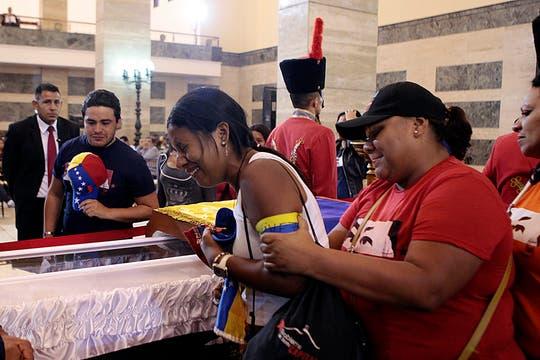 Miles de venezolanos hacen fila para dar el último adiós al presidente, que es velado con el féretro abierto en la Academia Militar. Foto: AP