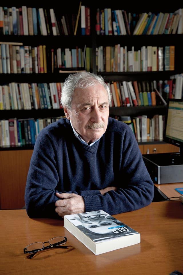 """PALABRA DE EDITOR. Díaz mantenía un ida y vuelta constante con el autor, quien no aceptaba con demasiado gusto las sugerencias. """"Creo que después de Borges, Saer es el escritor más importante"""", dice hoy el editor"""