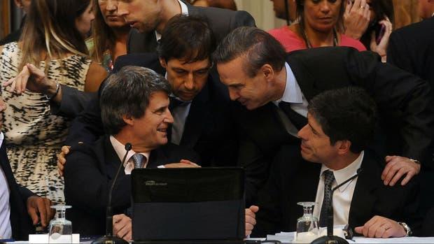Pichetto habla con Prat-Gay, el miércoles pasado, cuando se inició en un plenario de comisiones del Senado el debate por el pago a los holdouts