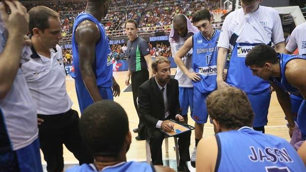 Sebastián Ginóbili instruye a sus dirigidos; Redivo (12) fue la figura de Bahía en el torneo
