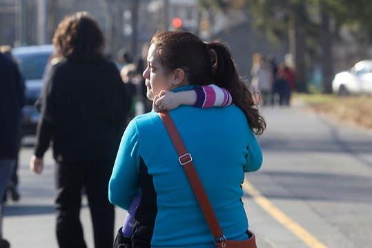 Una mujer se lleva a su hija luego de enterarse de la fatal noticia. Foto: Reuters