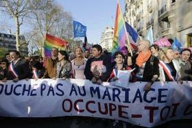 Manifestantes a favor del matrimonio entre personas del mismo sexo, festejan la aprobación en Francia