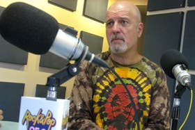 El cantante cuestionó a los artistas que reciben dinero del Gobierno