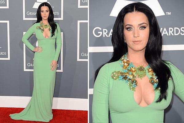 Muy sexy, Katy Perry optó por un vestido verde al cuerpo de Gucci, con pedrería en el escote. Foto: AFP