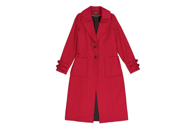 Saco de paño con recortes pespunteados, lleva tajo en la espalda y martingala. Tiene mangas con presillas y botones, $7990, Divina Bolivia.