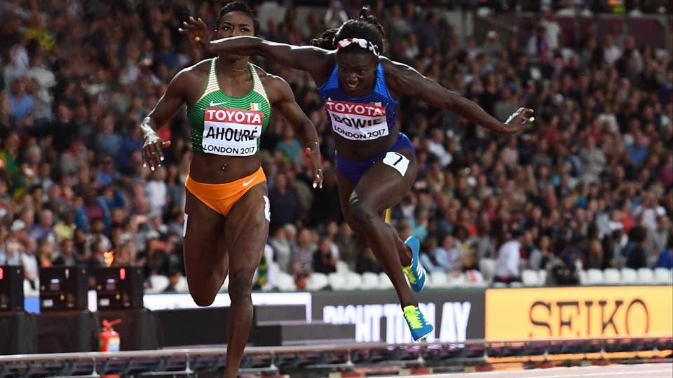 La atleta estadounidense Tori Bowie (R) lleva el oro ante Murielle Ahouré, de Costa de Marfil, en la final del evento de atletismo 100 metros femenino. Foto: AFP