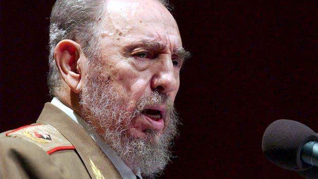Fotografía de archivo con fecha del 3 de enero de 2004 que muestra al presidente cubano, Fidel Castro, dirigiéndose a la nación cubana con motivo del 45 aniversario de la revolución cubana que se celebró en el teatro Karl Marx de La Habana, Cuba