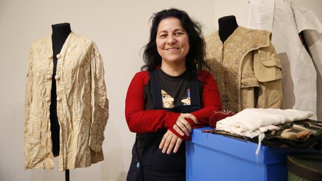 """La """"cirujana"""" del Museo del Traje. Cristina Quiroga habla de """"suturar"""" al """"paciente"""" cuando trabaja en recuperar una mantilla del 1800 u otra pieza de colección; también traza moldes para generar réplicas"""