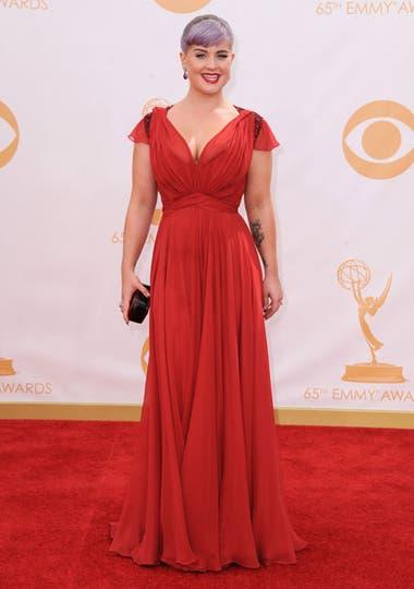 Kelly Osbourne se decantó por un vestido de gasa coral de Jenny Packham. Foto: AP/EFE/Reuters
