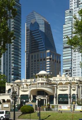 Alvear Icon La torre de 33 pisos ubicada en el dique dos, tiene 51 residencias y 159 suites de hotelería de lujo; demandó US$ 130 millones