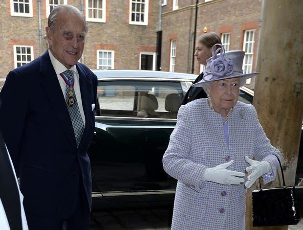 Felipe, ayer, junto a la reina Isabel II