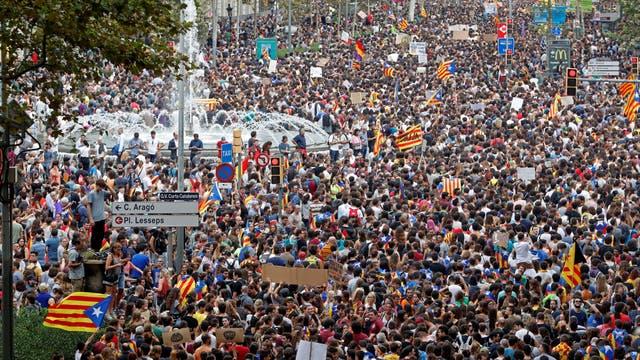 Miles de personas en la calles de Barcelona durante la huelga general. Foto: Reuters / Yves Herman