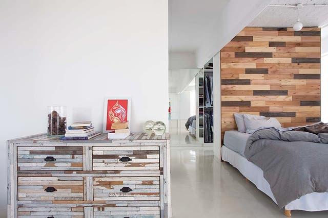 A modo de recibidor, un mueble de maderas patinadas comprado en San Telmo