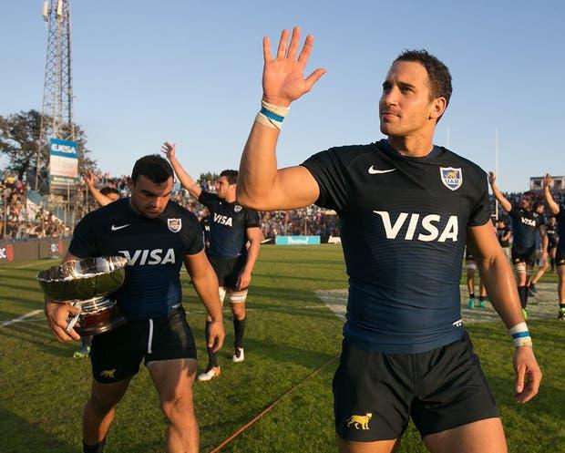 Agustín Creevy, con la Copa, y Joaquín Tuculet saludan tras el éxito ante Georgia