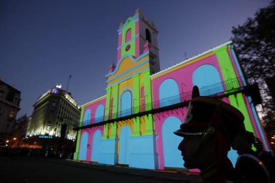 Las paredes coloreadas por la proyección especial en conmemoración del Bicentenario. Foto: EFE
