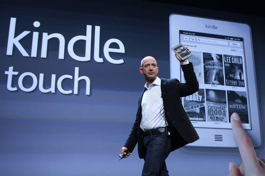 El CEO de Amazon aprovechó el encuentro para presentar el Kinbdle Touch, un lector de libros electrónicos con pantalla sensible al tacto y tecnología e-ink. Foto: Reuters
