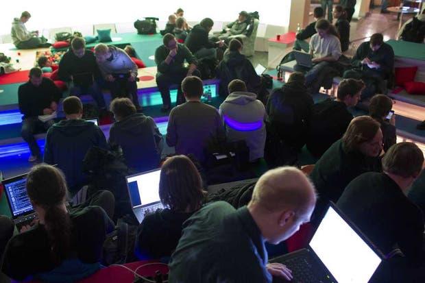 Un grupo de asistentes en una conferencia de informática en Berlín, Alemania. Las modalidad de los hackatones crece en el ámbito gubernamental tras el anuncio de la iniciativa ProgramAR del Ministerio de Ciencia y Tecnología