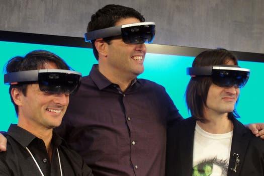 Joe Belfiore, Terry Myerson y Alex Kipman de Microsoft ponen a prueba el visor HoloLens presentado junto a Windows 10. Foto: AFP