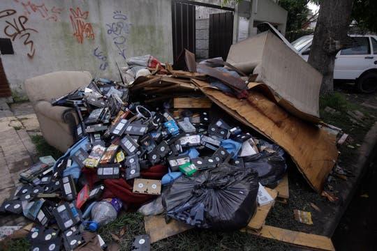 Las calles de La Plata invadidas por cosas que ya no sirven. Foto: LA NACION / Silvana Colombo