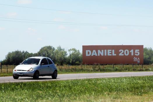 El gobernador bonaerense, Daniel Scioli, es el protagonista excluyente de la campaña con carteles en la ruta 2 hacia la costa atlántica. Foto: LA NACION / Matías Aimar