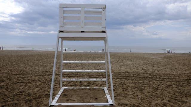 Se prevé que los guardavidas marchen por la playa advirtiendo a la gente que no ingrese al mar