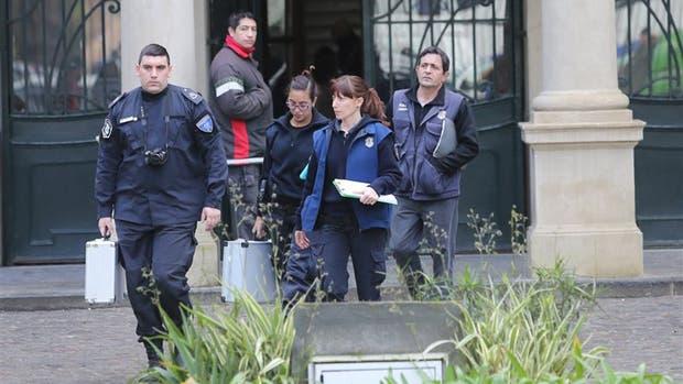 Una adolescente se pegó un tiro en la cabeza en plena clase en el Colegio Nacional de La Plata, la policía realizó pericias en el lugar