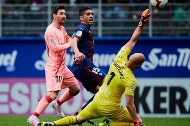 Definición clásica: Messi ya picó la pelota y marca el 2-1 parcial contra Eibar