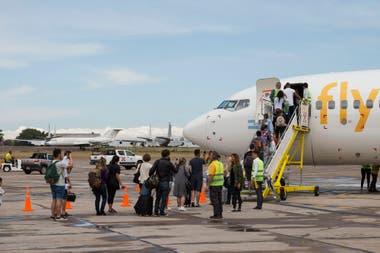 Un avión de Flybondi en El Palomar