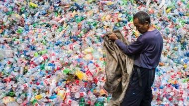En apenas 10 años, más de 100 millones de toneladas métricas de plástico irán a parar a vertederos y océanos