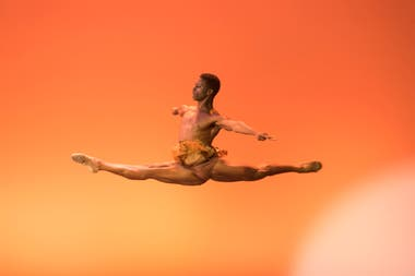 Brooklyn Mack, bailarín invitado del English National Ballet, fuerte en los saltos y trucos