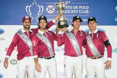 Hace unos días, campeón del Jockey Club, con sus hermanos Nicolás y Gonzalito y Curtis Pilot