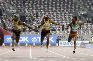 La llegada de los 100 metros; Fraser-Pryce (izquierda) vence a Elaine Thompson y a Marie-Josée Ta Lou (derecha)