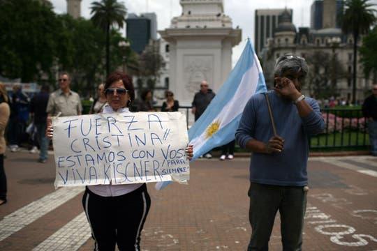 El llanto de la gente y los mensajes para Cristina acompañó las primeras horas luego de la noticia. Foto: LA NACION / Silvana Colombo