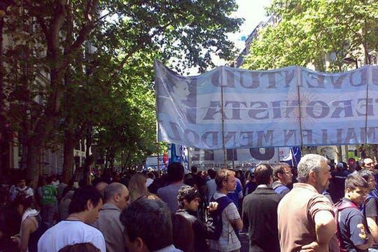 Hacia el mediodía, cada vez más gente se fue agolpando en el vallado. Foto: lanacion.com / @msolamaya