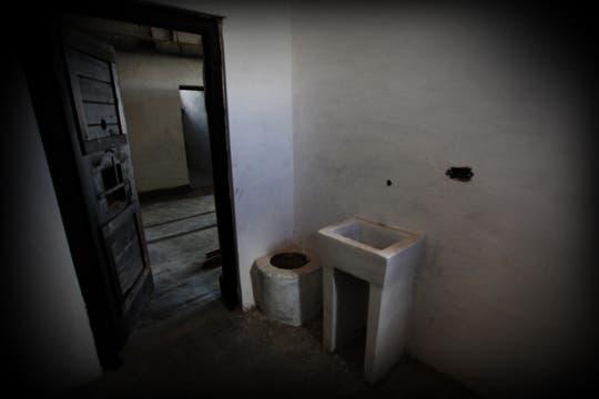 Cada celda cuenta con un inodoro y un lavamanos amurado a la pared. Foto: lanacion.com / Martina Matzkin